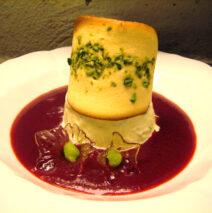 Pistacieis med kold jordbærsuppe og sprøde touilles